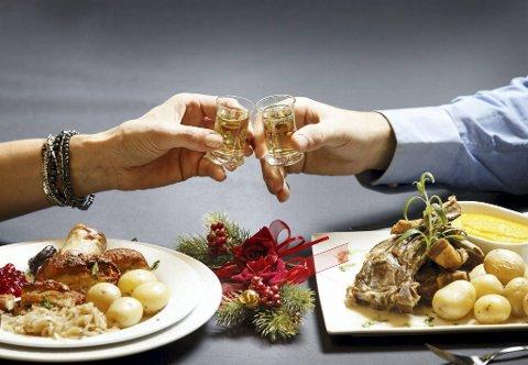 Mange liker å nyte akevitt til norsk festmat. Høsten, førjulstiden og julen er høysesong for akevitten.