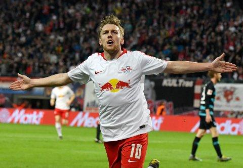 Den svenske midtbanestjernen Emil Forsberg feirer etter scoringen sin på bortebane mot everkusen tidigere i april. (AP Photo/Jens Meyer)