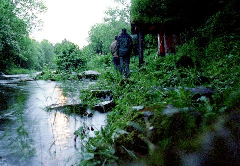 Ivrige laksefiskere, slik som her, har lenge hatt Oselven som tumleplass. Nå har de fått følge av hasjrøykende ungdommer i bygden.