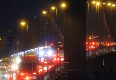 Kollisjonen i Godvik fikk store ringvirkninger på veinettet. Deriblant køet det seg raskt på Sotrabroen også.