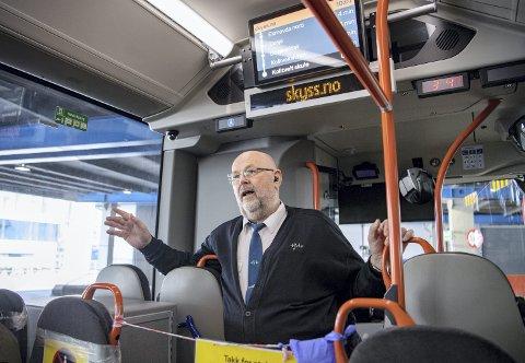 FORTALTE: Bussjåfør Ørjan Takle tok politikerne med ut i den flere timer lange ventepausen han har på arbeidsdagen.– Vi har fått svekket både status og innflytelse, sier han. FOTO: EMIL WEATHERHEAD BREISTEIN