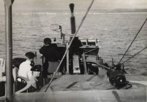 Jan Helén som skytter bak kanonen på MTB 618. Bergenseren deltok i mange MTB-operasjoner og var                    flere ganger i aktiv kamp med heftig skuddveksling der eget fartøy ble angrepet og skadet.