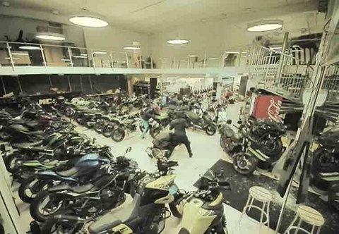 Her har tyvene tatt seg inn i Bergen MC Center og sonderer motorsyklene før de forsyner seg.