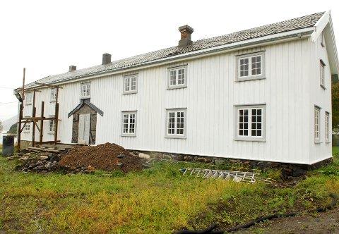 Hovedbygningen på Kvitnes gård restaureres nå tilbake til fordums prakt.