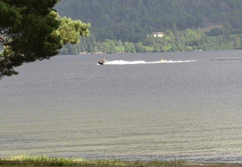 ULOVLIG:  Vannscooterkjøring som dette på Eikern, nær land ved Sundhaugen er ulovlig. Om politiet hadde vært på stedet tirsdag, kunne føreren mistet både båtførerbeviset og fått seg en kraftig bot.