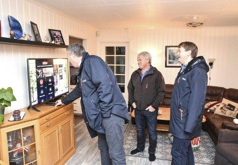 Ny fiber: Vidar Torp Andersen (f.v.) sjekker innstillingen mens Roy Ivar Olsen og Knut Gunnar Larsen ser tilfredse ut.