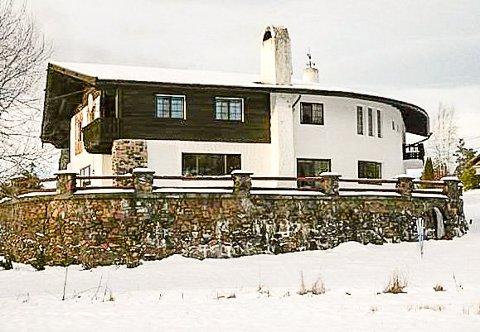 SOLGT: Tyrolerhuset på Krøderen har nå fått nye eiere.