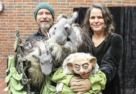 Nord-Norge rundt: I tre uker i høst har Siw Elena Skinnemoen og  Jørn Skau Ellingsen fremført sin egen versjon av «Bukkene Bruse» 34 ganger på sin turne nordpå. Alle dukkene som har vært brukt i forestillingen er lagd av Siw Elena.