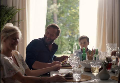 KONFLIKT: Menn drikker betydelig mer enn kvinner i ulike sammenhenger. Det kan skape konflikter i ferien, advarer alkovettorganisasjonen Av-og-til.