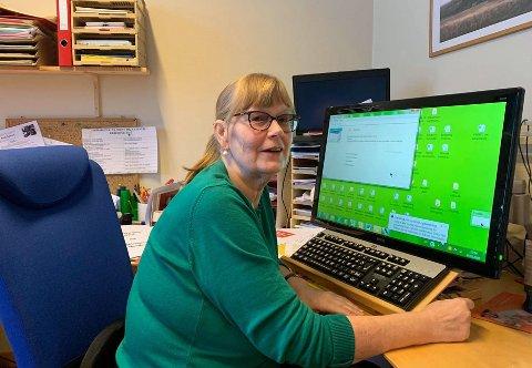 LANGE DAGER: I toppetasjen på rådhuset i Honningsvåg sitter Marith Bakkevoll ofte lenger enn planlagt. Det er alltid mye som må gjøres og tiden strekker ikke til.