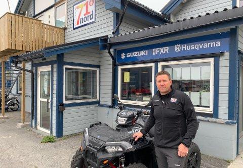 SER FREMOVER: Runar Johnsen sitter ikke bakpå selv om turistene ikke finner veien til Magerøya som før. Her står han utenfor lokalene til Destinasjon 71* Nord i Honningsvåg.