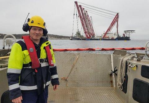 Brede Gjøringbø og Kystverket bistår i operasjonen med å heve Helge Ingstad. I bakgrunnen ser ein dei karakeristiske kranane som held vraket på plass.