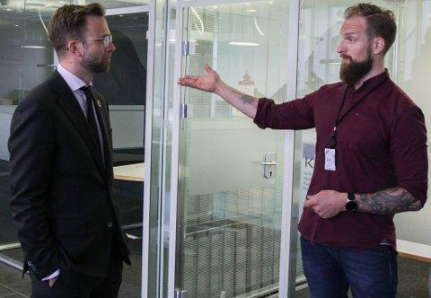 KJEM TILBAKE: Digitaliseringsminister Nicolai Astrup vitja Allan Madsen og Peak Florø i juni. No kjem han tilbake for å vitje mellom anna Elkem i Svelgen.