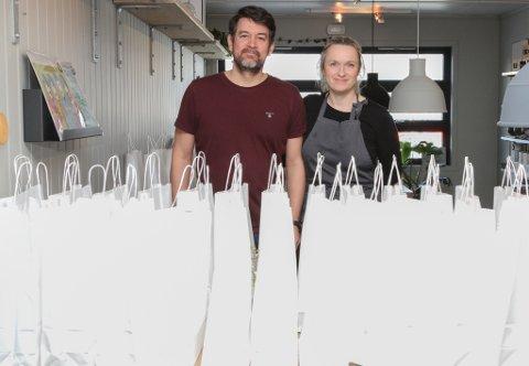 SUKSESS: Gitte og Eirik Villand  hadde stor suksess med å tilby matposar då samfunnet stengte ned. 200 posar på ei veke var noko merka positivt på omsetnaden.