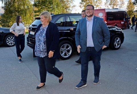 TETTARE PÅ MAKTA: Erlend Svardal Bøe blir helseminister Bent Høie si høgre hand og ny statssekretær frå og med i dag. Her frå 2018 då han var vertskap og tok imot statsminister Erna Solberg i Tromsø i kraft av å vere Troms Høgre sin gruppeleiar.