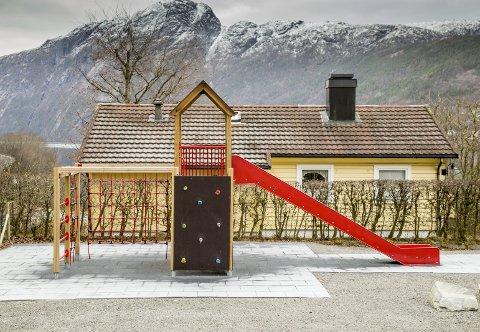 STRIDENS KJERNE: Verken Høyanger kommune eller Kråkevika vel ofra ein einaste tanke på kva negative konsekvensar etableringa av leikeplassen kunne få for den næraste naboen. Arkivfoto: Geir Ivar L. Ramsli