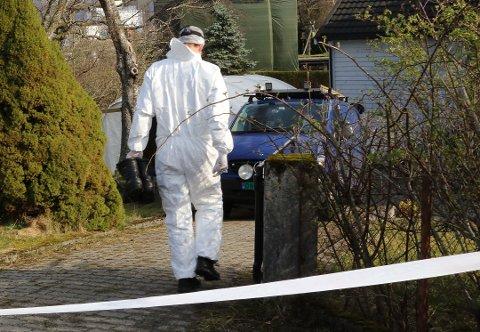 ÅSTADEN: Krimteknikarar frå Bergen i arbeid på åstaden i Florø i april.