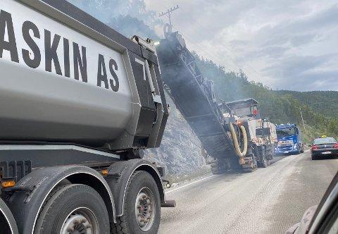 ASFALTERING: Det er mykje vedlikehaldsarbeid på vegane i Sogn om dagen. Her frå r fylkesveg 53 ved strendene mellom Årdalstangen og Fodnes.
