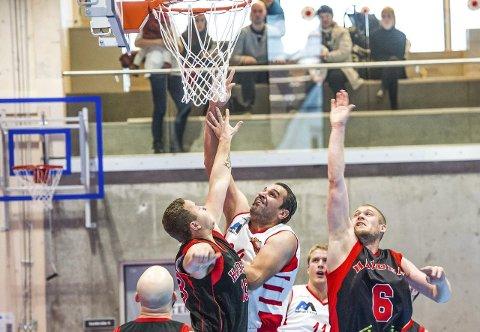 HØYTSVEVENDE: Yabbar Alrobei svever høyere enn de fleste, og har vært basketproff i blant annet Syria og Irak. ALLE FOTO: Johnny Leo Johansen