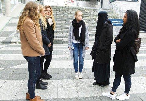 SJOKK: Den 18 år gamle jenta som ble kastet av bussen fordi hun brukte niqab fikk støtte av skolevenninner på Kirkeparken. Fra venstre: Cassandra Deryckere, Synne Berthelsen, Elise Simonsen, Solveig Eugenie Sirén og Nazli Kerbelai. (Arkivfoto: Eva Nyhaug)