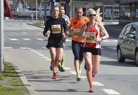 Hjelp: Astrid Brathaug Sørset fikk god hjelp av herreløperne for å holde farten oppe - selv om det akkurat her er motsatt. alle foto: terje Antonsen