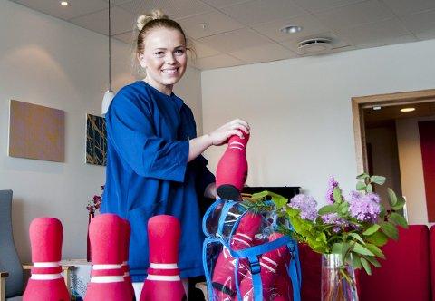 Aktivitet: Blant aktivitetene Anne Helene Egeland Nilsen kan gjøre med pasientene er bowling fra aktivitetskofferten de har, som er en favorittaktivitet blant de eldre.