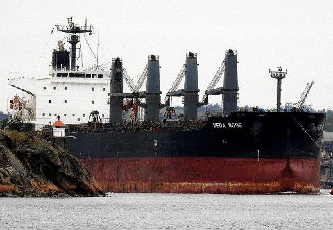 Et skip med soyabønner på vei ut av elva. 180 meter langt og 30 meter bredt var skipet. Foto: Tor Gravnås