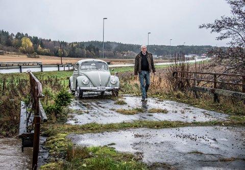 Tore Wiik har jaktet gamle veier i sitt bokprosjekt «Legendariske veier». Her står han ved sin VW 113 boble fra 1959 på Gamle Skinnerød bru som vi kjørte på til Fredrikstad før 1963.