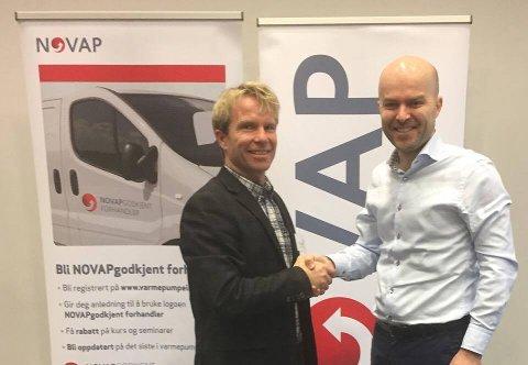 Utmerkelse: Daglig leder i Eneregiverket Richard Granskogli blir gratulert av Rolf Iver Mytting Hagemoen, daglig leder i Novap - Norsk Varmepumpeforening.