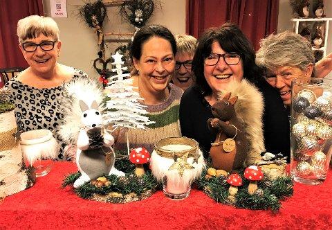 DUGNAD: (F. v.) Anne-Marie Gulbrandsen, Märta Louise (med kongle), Anka Hansen, Britt Vikene, Gunn H. Gundersen og Aase Bøhn. står for håndarbeidet som ligger bak pynten som selges på julemessa.