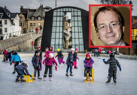 VIL SLIPPE KØLLENE TIL: Eivind A. Leister foreslår å åpne kunstisbanen på Værste for ishckeyspillende ungdommer fra klokken 20 til 22 på kveldene.