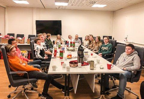 FV: Sander, Bren, Theo, Tom Vidar, Kristine, Eivind, Sebastian, Gyda, Hedda, Simone, Hermine, Emma-Marie, Emma-Milea, Julie, Ella og Martin var alle med og pakket om gavene som skulle gis til Hvalers vanskeligstilte