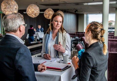 KLAFF? Nybakt Fredrikstad-kvinne Sabine Eker (29) speeddatet seg gjennom både Anne Marie Ruscelli og Kjell Riise fra Quality hotell og ni andre potensielle arbeidsgivere på torsdag. Nå håper hun på full klaff.