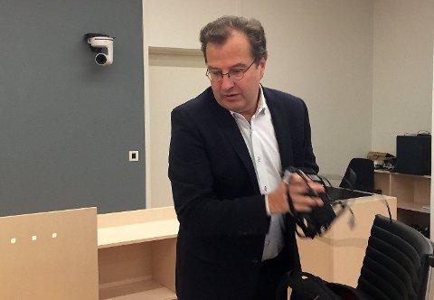 Anders Brosveet er forsvarer for den tiltalte eks-advokaten Amir Mirmotahari. Brosveet mener flere av forholdene hans klient er tiltalt for ikke er straffbare.