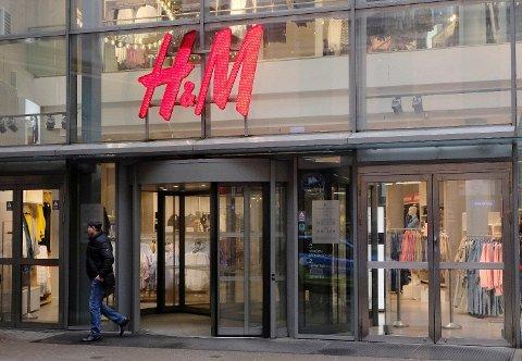 STENGER: Hennes & Mauritz har slitt under koronakrisen, og neste år stenger kjeden flere butikker. Illustrasjonsfoto. Foto: Ints Kalnins/File Photo/REUTERS (NTB)
