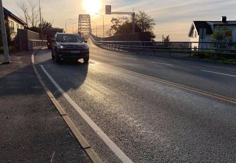 Oljesøl gjorde Fredrikstadbrua glatt tirsdag morgen.