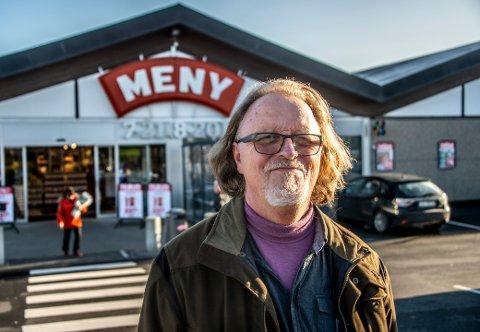 Freddy Fjellheim mener de butikkansatte er helter, som må jobbe tett på svært mange mennesker, tross koronapandemien. Selv er han fast kunde ved Meny Ørebekk, og full av lovord om de ansatte der.