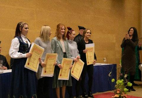 Elevene mottar fag-, svenne og kompetansebrev av regiondirektør i NHO Viken Nina Solli.