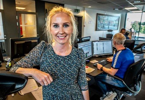 MYE NYTT: Julie Hoff (32) gleder seg over muligheten til å lære mediebransjen. Det innebærer å være tett på og forstå hvordan redaksjonen i Fredriksstad Blad og 11 andre aviser jobber.