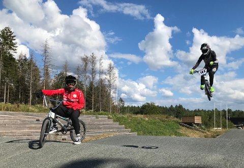 Grace Bullen er gjerne tilskuer til at Sebastian Aslaksrud svever over hoppene i BMX-banen i Råde.