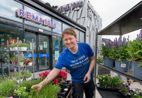 Jonas Holth (35) driver  Rema i Ødegårdkilen på Vesterøy - som fikk en omsetning på 62 millioner kroner i første hele driftsår.  Her har han også blomster å friste med.
