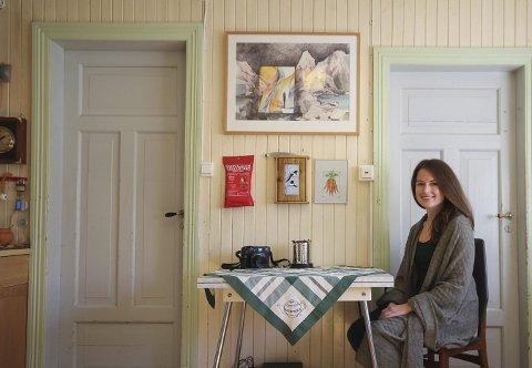 Skarstad: Acacia Johnsen har forelsket seg i Norge, og drømmer om å kunne bo og jobbe her i fremtiden. For tiden har hun base i et gammelt, sjarmerende hus på Skarstad, ytterst i Efjorden. Foto: Ann Kvanmo