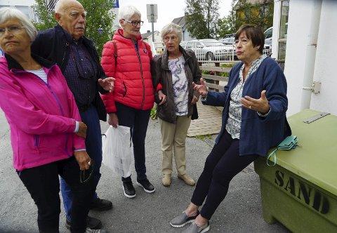 ENGASJERT: Brit Ruud sittende foran Bodil (nærmest) og Sten Haukland, Irene Fallgren og Hulda Falch. Alle reagerer på planen om å gjøre gata «deres» til hovedferdselsåre gjennom byen. Foto: Fritz Hansen