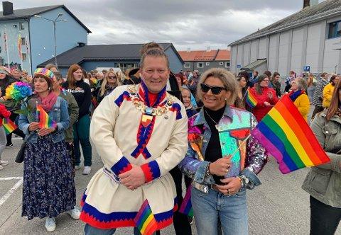 HAPPY PRIDE: Varaordfører Tor Mikkola og Erlend Elias førte Pride-toget fra rådhusplassen og ned til festivalscenen.