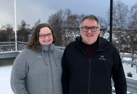 Tilbake i By1: Etter snaut to år i sjølpålagt «eksil» sør for Saltfjellet, er Runar, Julia og datteren Mia tilbake i Narvik. Hjemlengselen ble for stor. Til sommeren er de etablert i eget hus på Emmenes. Det er prototypen på en gladnyhet, for engasjementet og drivkraften er ikke noe mindre hos den musikalske fagmannen og kunstneren nå enn det var i 2019. Runar er breddfull av gode ideer han ønsker å få realisert til gagn for kulturlivet i Narvik – spesielt ungdommen.