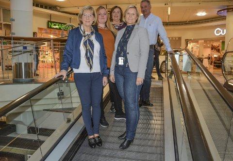 KLARE FOR FEST: Nina Karlsen fra Eurosko, Tone Maria og Lis Andersen fra Mestergull, senterleder Bent Rosenberg og markedskoordinator Gina Olsen.