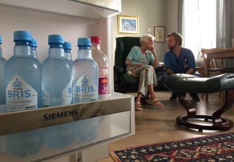 KJØLESKAPET FULLT: Hos Gunvor Nilsen (96) er det rikelig med drikkevarer slik at hun ikke dehydreres.