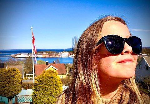 KNALLVÆR: Mandagen byr på finvær med sol og knallblå himmel. Det er bare å finne frem solkrem og solbriller.