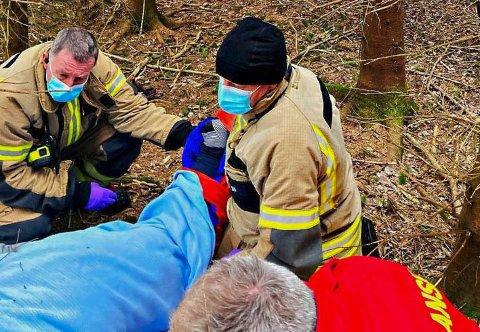 BISTO: Brannmannskapene fra Kopstad måtte hjelpe til å bære en person som hadde skadet seg på skogtur.