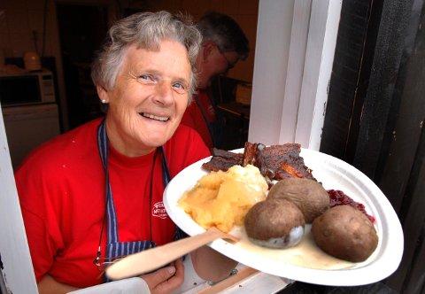 PÅ FEST MED KONGEN: Inger Marie Melgård gleder seg til hagefest. (Bildet er tatt under en trekkspillfestival på Persmoen).